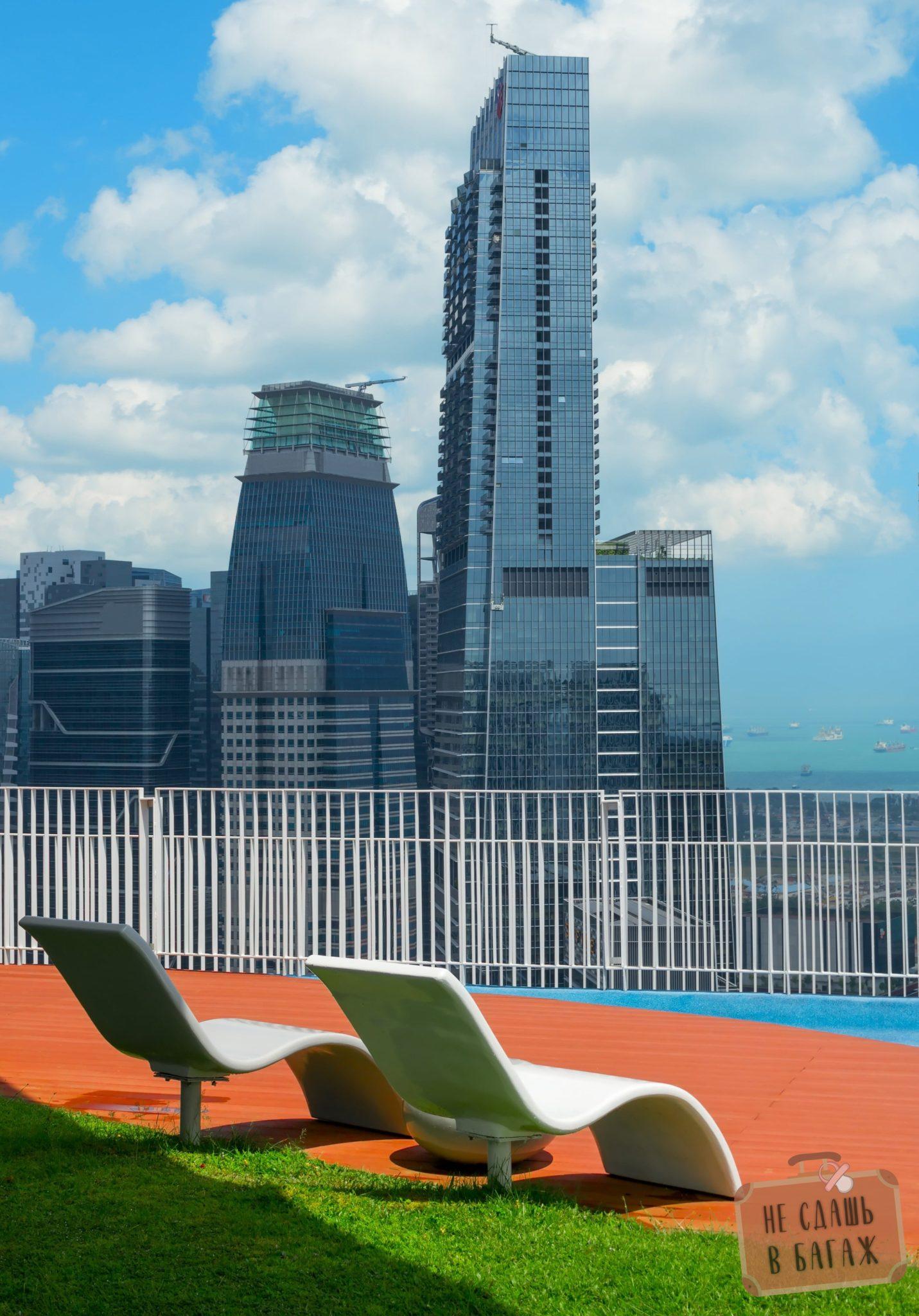 Лежаки смотровой Sky Bridge в Сингапуре