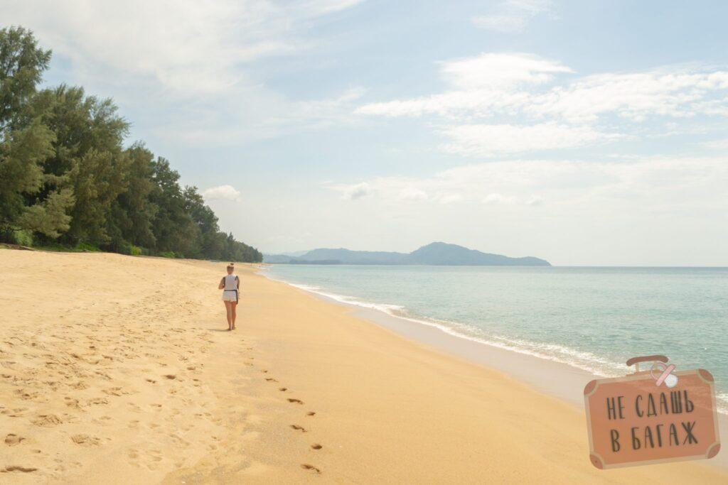 Береговая линия пляжа Май Кхао