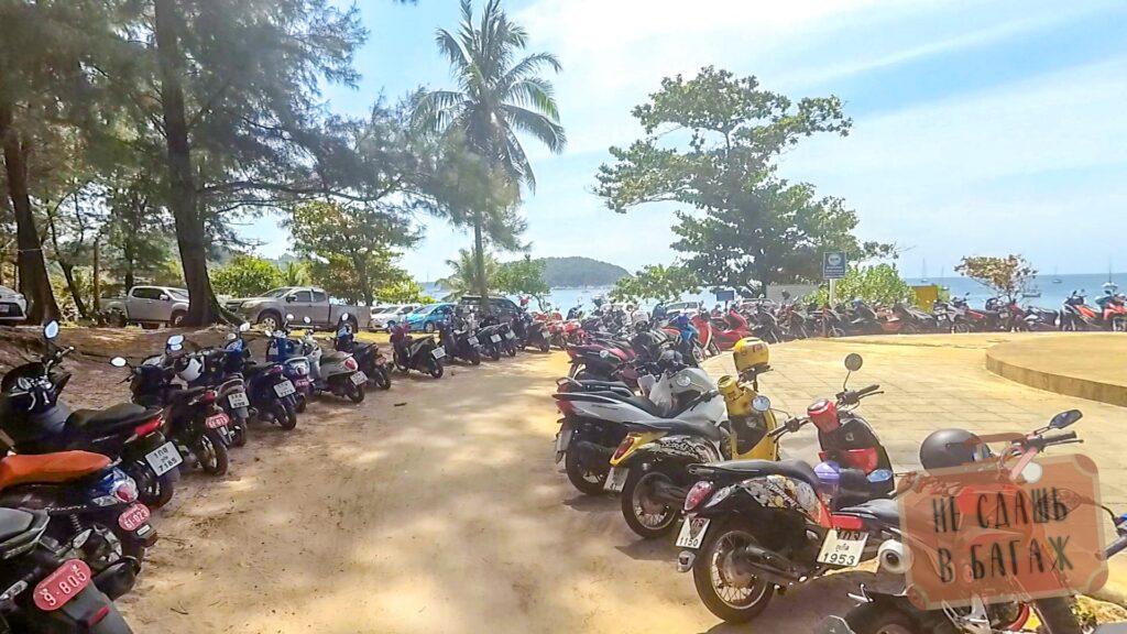 Стоянка мотобайков у пляжа Най Харн