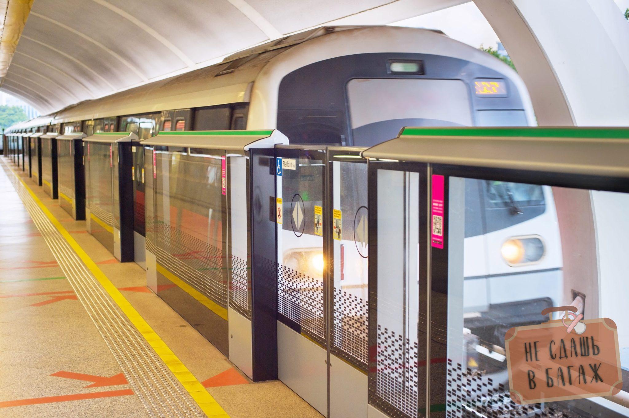 Поезд на станции метро Сингапура открытого типа