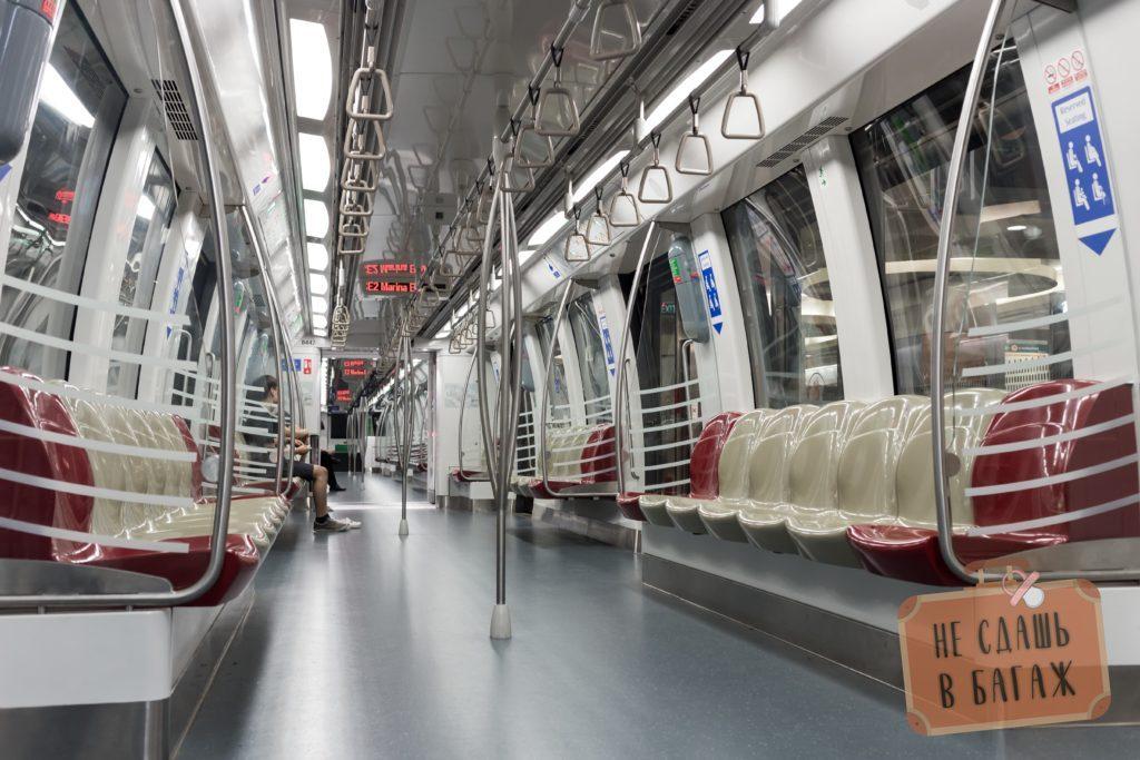 Интерьер поезда в метро Сингапура