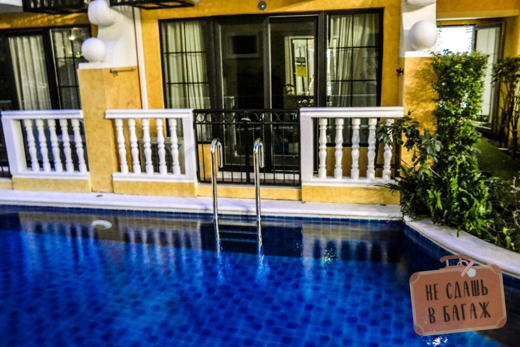 Собственный выход в бассейн у жителей первых этажей в Condo Venetian