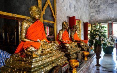 Священные монахи, облепленные золотыми бумажками, которые должны принести выздоровление всем просящим