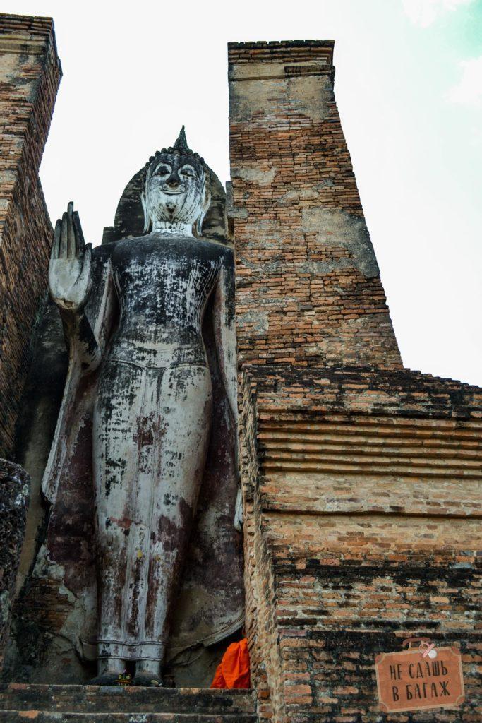 Статуя стоячего Будды слева и справа от чеди на территории Ват Махатхат