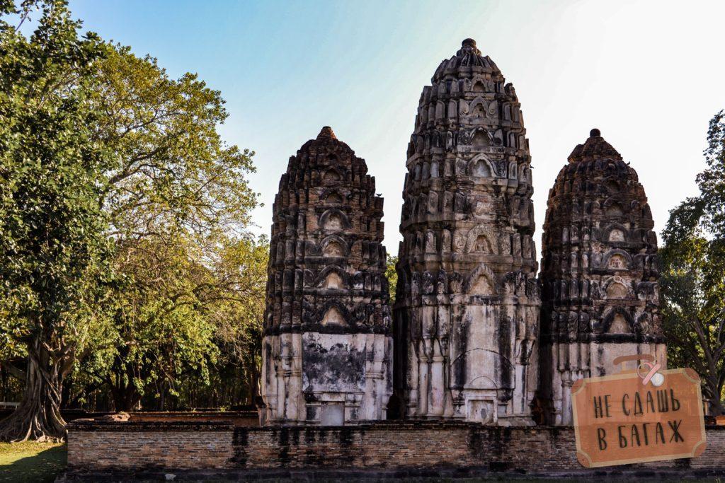 Ват Си Савай выполнен в форме трех прангов в честь бога Шивы