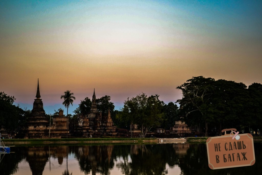 Ват Махатхат в лучах заходящего солнца