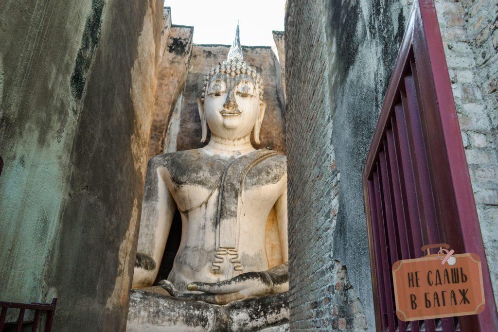 В небольшом помещении храма огромная статуя сидячего Будды