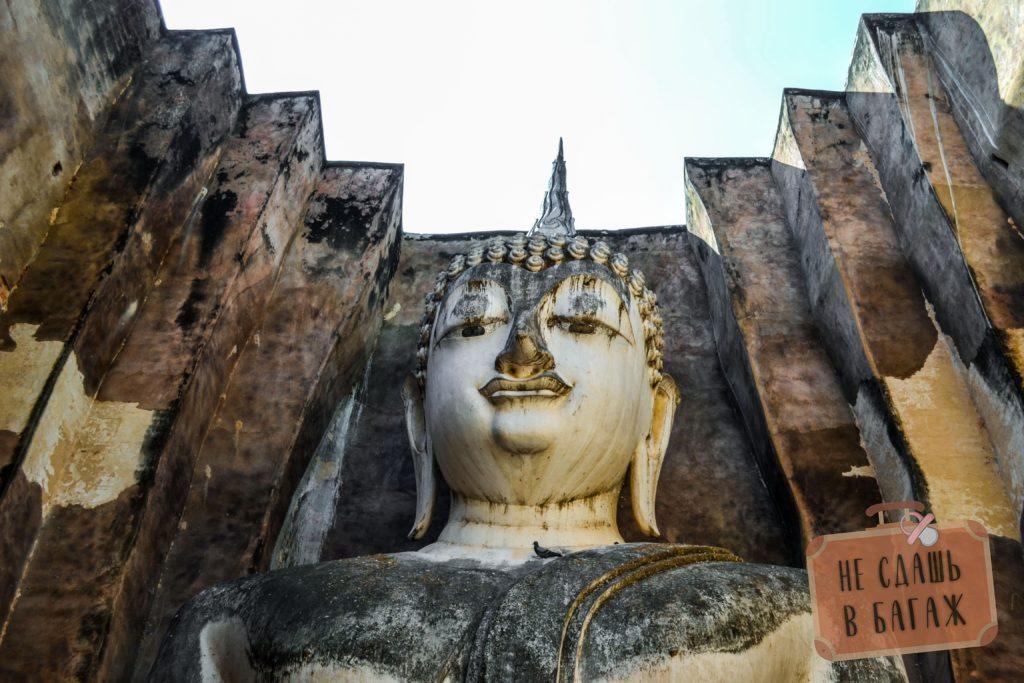 Взгляд Будды опущен немного вниз, тем самым создается ощущение, что ты находишься под защитой