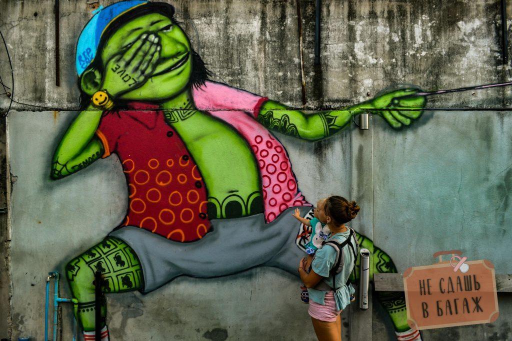 В разных закоулочках Чиангмая можно встретить разные граффити