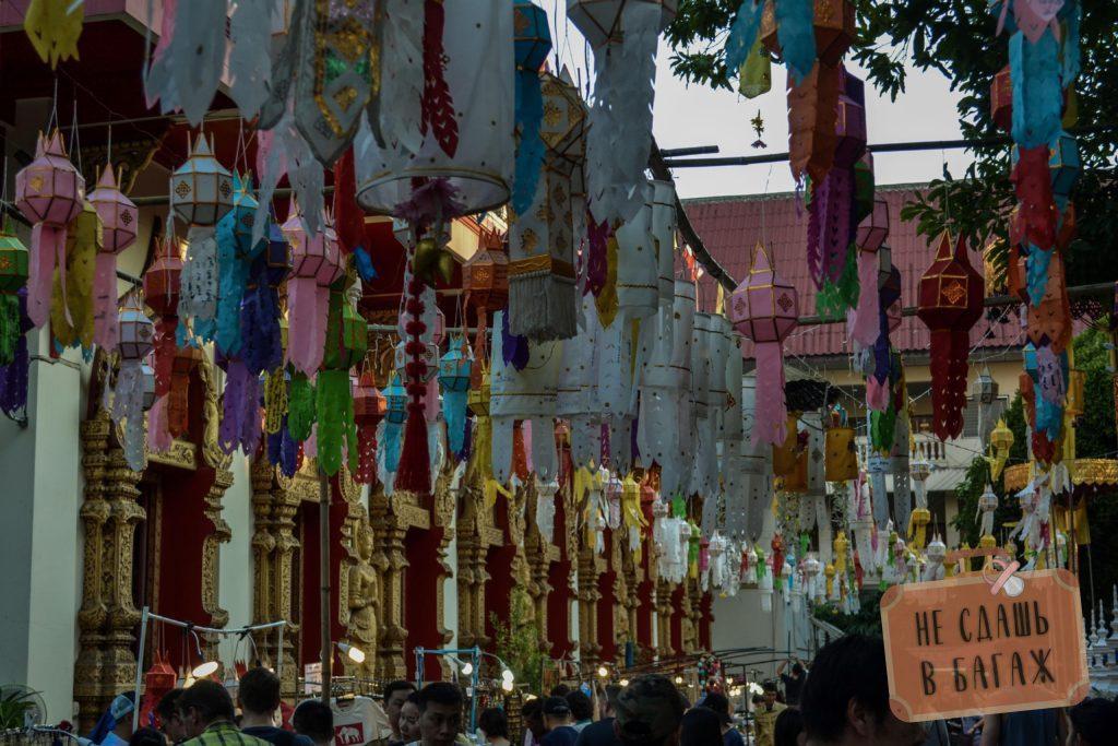 На территории храмов часто по выходным устраивают рынки