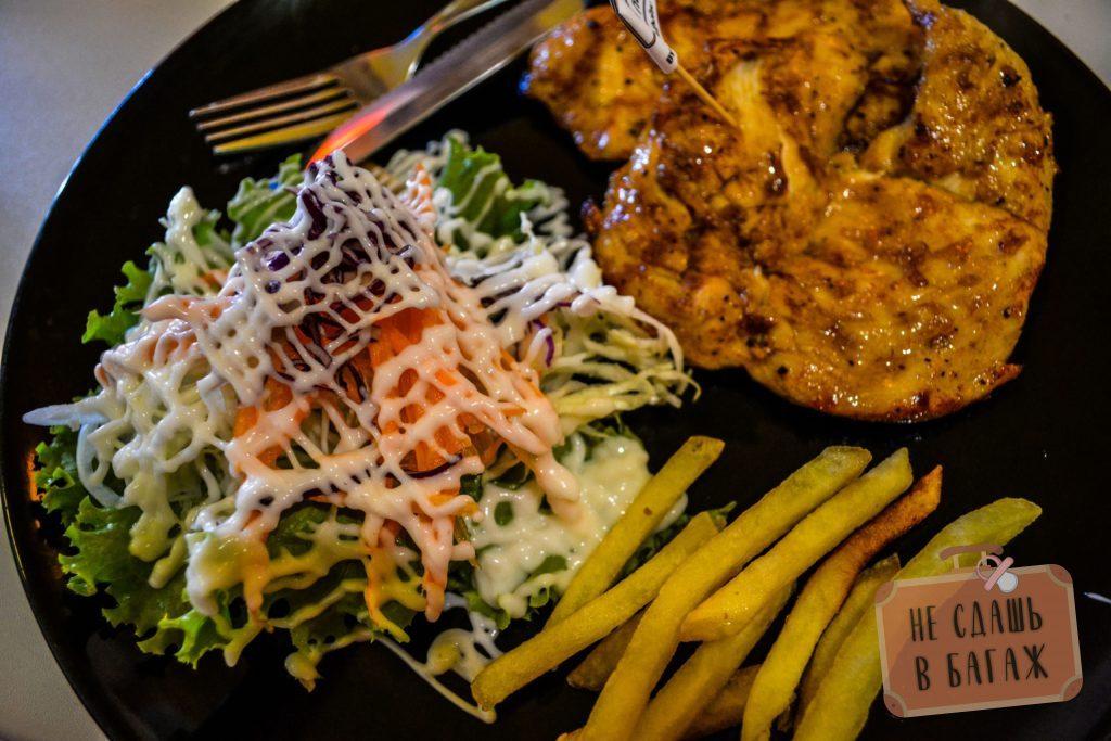 Стейк из курицы с картошкой и салатом за 49 бат