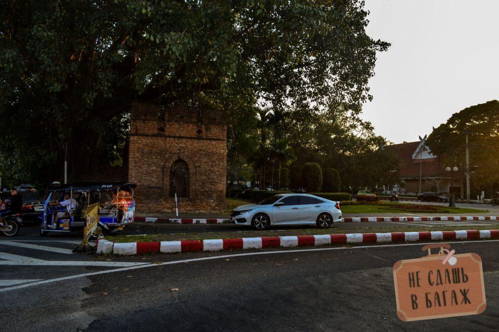 Остатки стены в старом городе Чиангмая