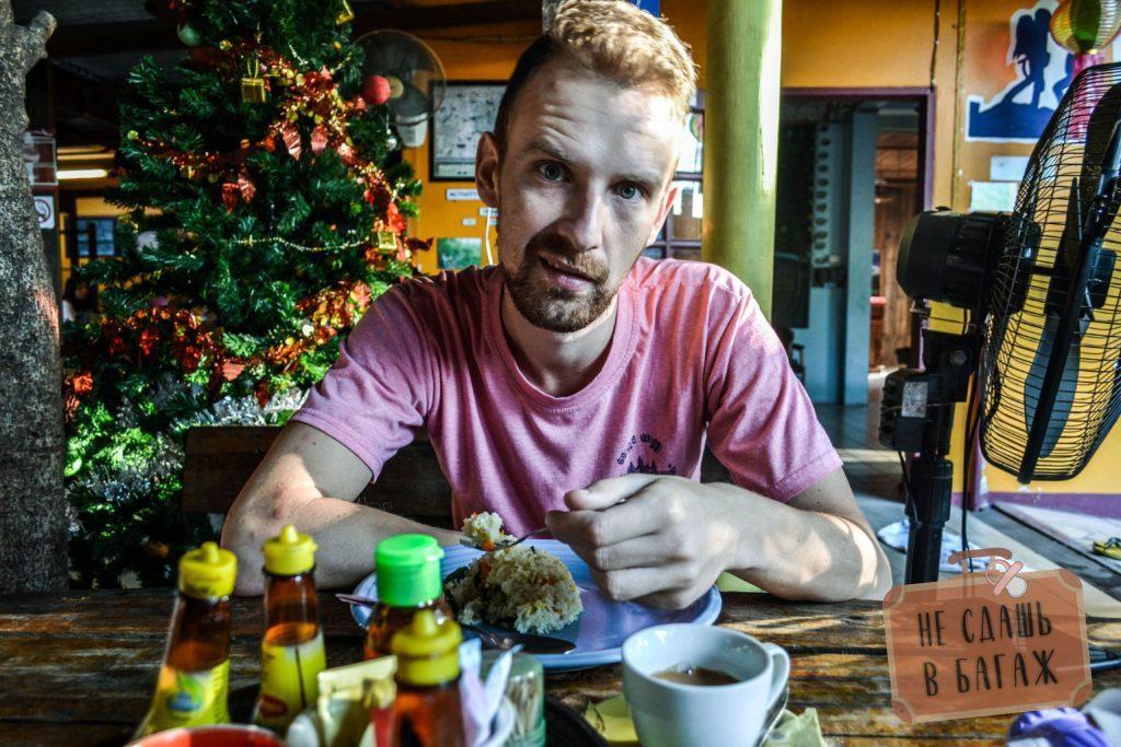 Антон кушает завтрак в гесте, завтраки включены в стоимость