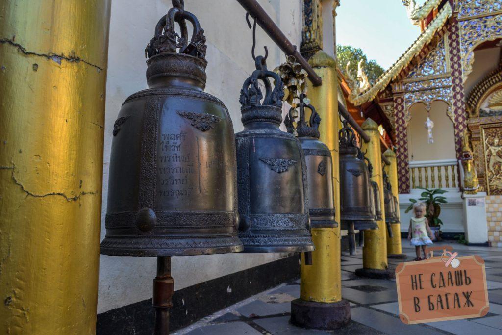 На территории храма много больших и маленьких колокольчиков, позвонив в которые можно навлечь на себя удачу и благополучие