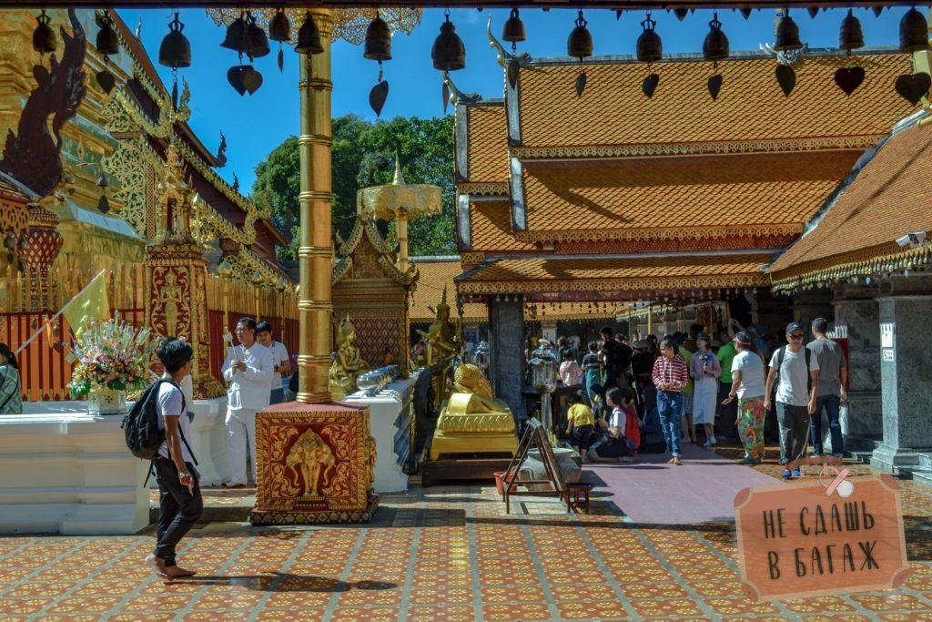 На территории храма Дой Сутхеп всегда очень много людей