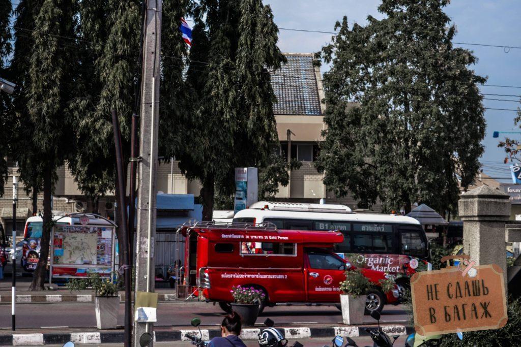 Но кроме красных сонтэо есть автобусы, стоимость проезда на них всего 15 бат