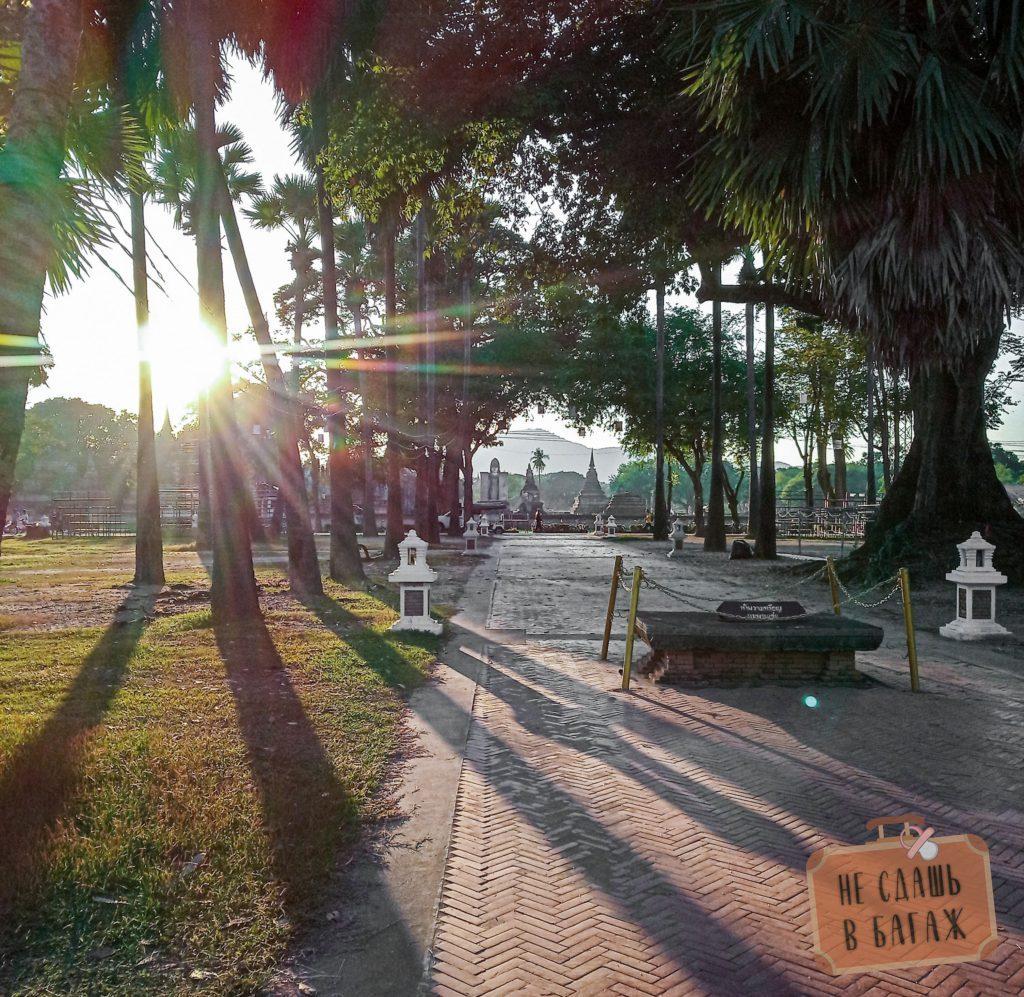 Хорошо гулять по Wat Maha That в лучах заходящего солнца