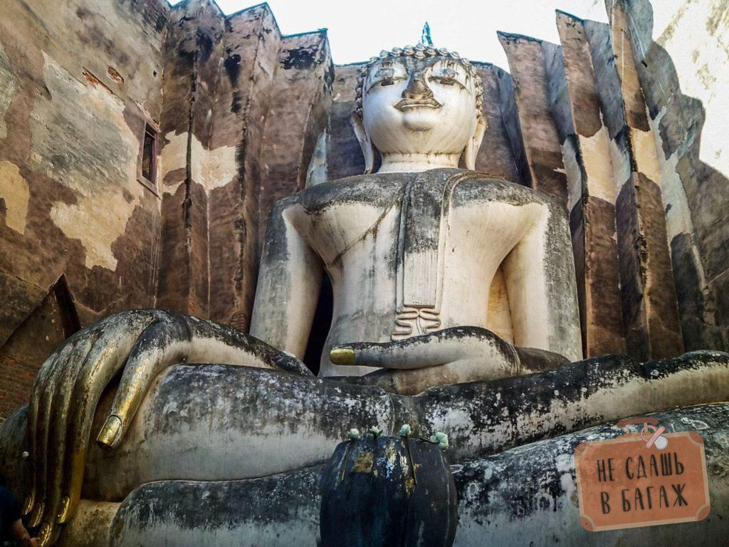 Статуя Будды в северном парке высотой 15 метров