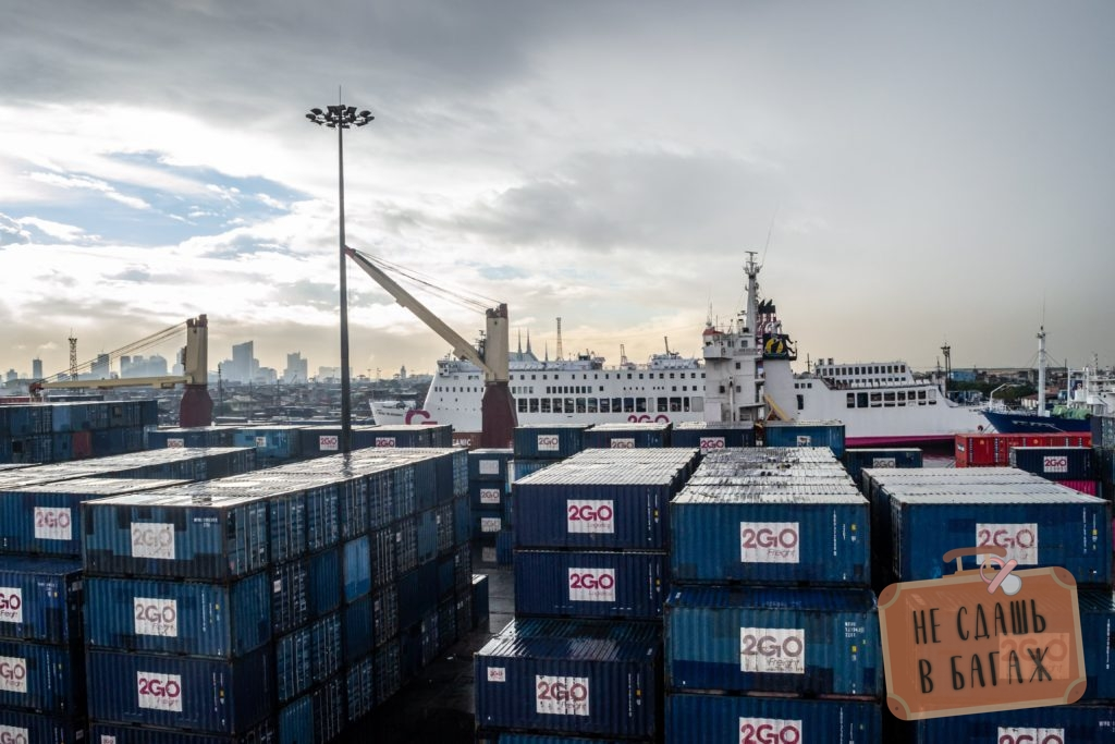 Вид с палубы в порту Манилы