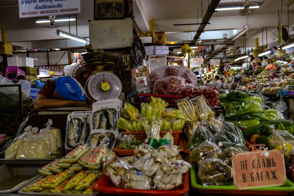 Спят усталые продавцы за прилавками на рынке Warorot