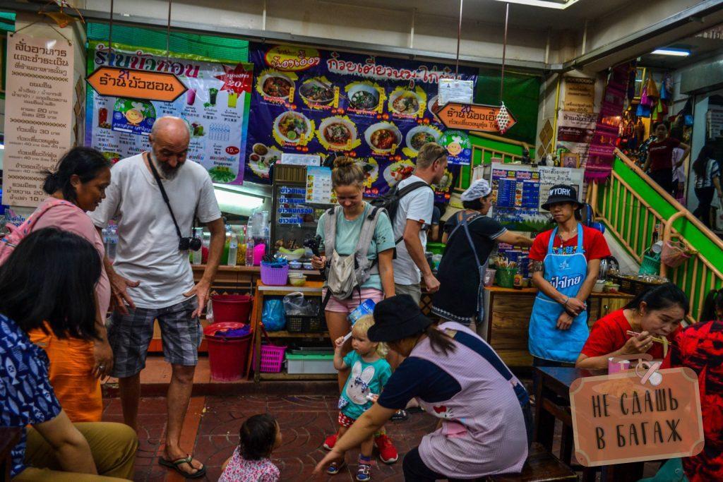 Фудкорт на рынке Warorot не блещет разнообразием еды, зато много дружелюбных работников