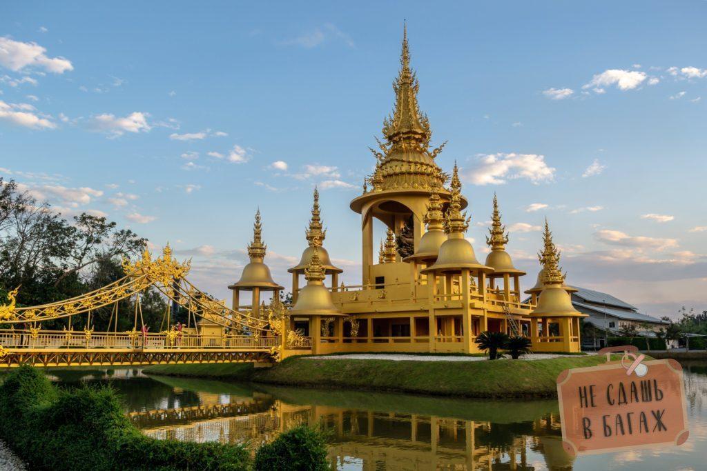 Золотой храм с магазином художника рядом с Белым Храмом в Чианграе