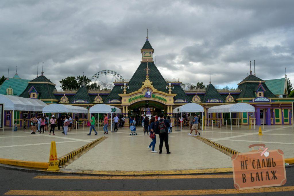 Вход в парк развлечений Enchated Kingdom в Маниле