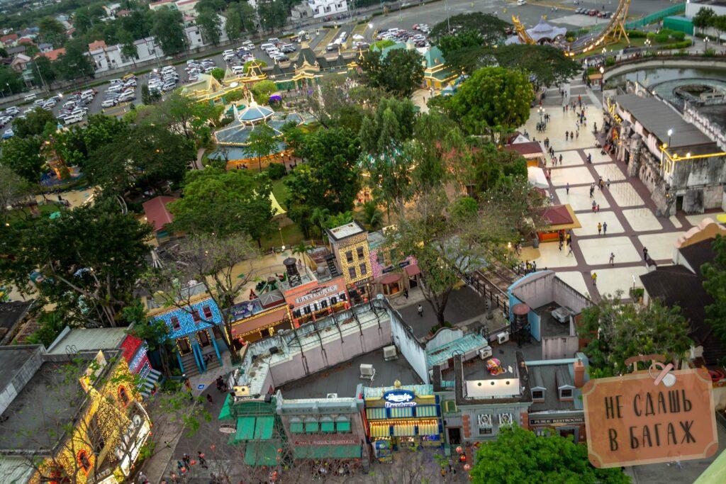 Вид на Enchanted Kingdom в Маниле с колеса обозрения