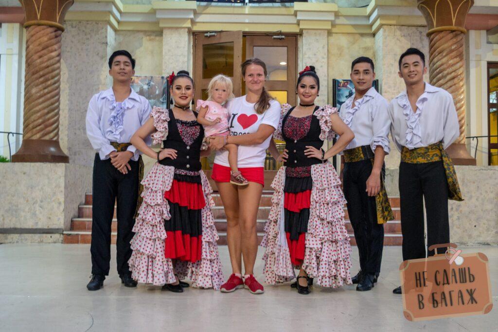 Танцоры в Enchanted Kingdom, Манила