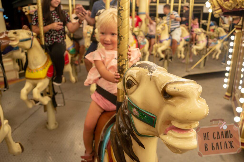 Детская карусель лошадки в Enchanted Kingdom, Манила