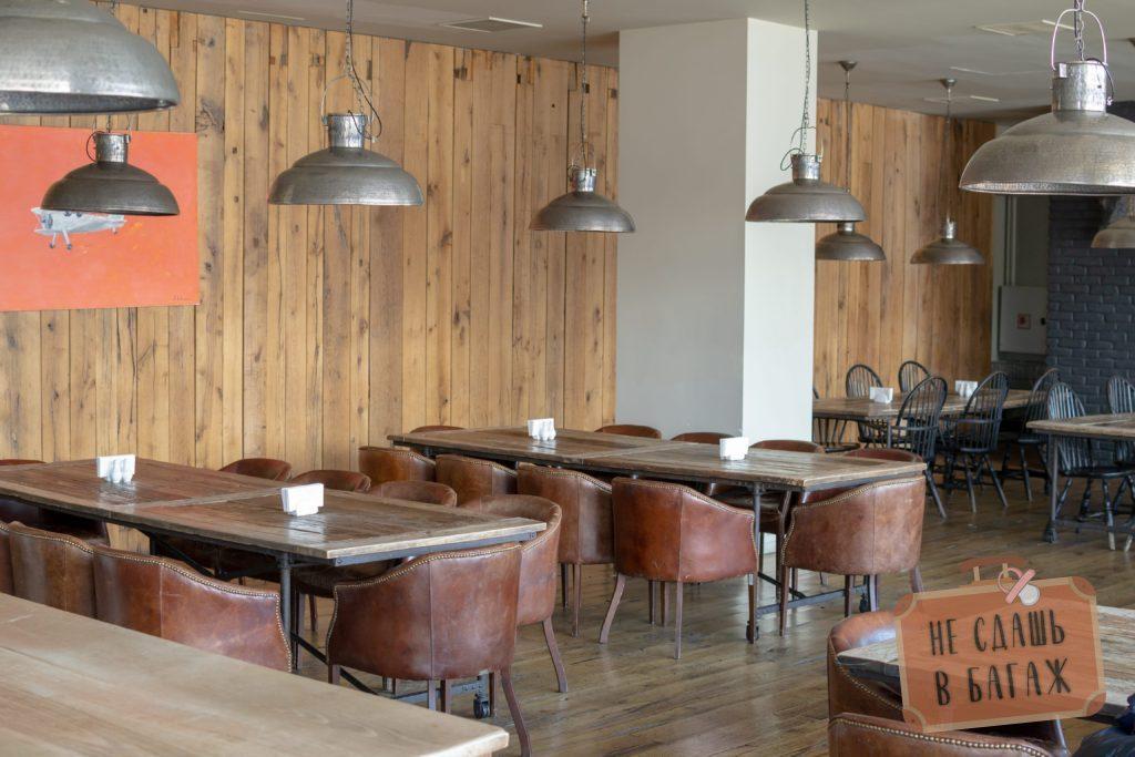 Интерьер ресторана отеля Rooms в Казбеги