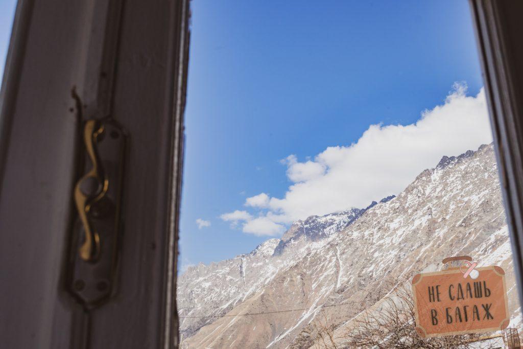 Вид из окна гестхауса в Казбеги