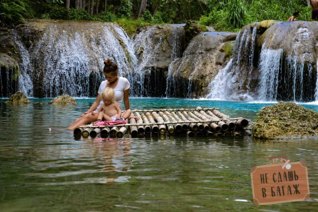 Бамбуковый плот на воде.