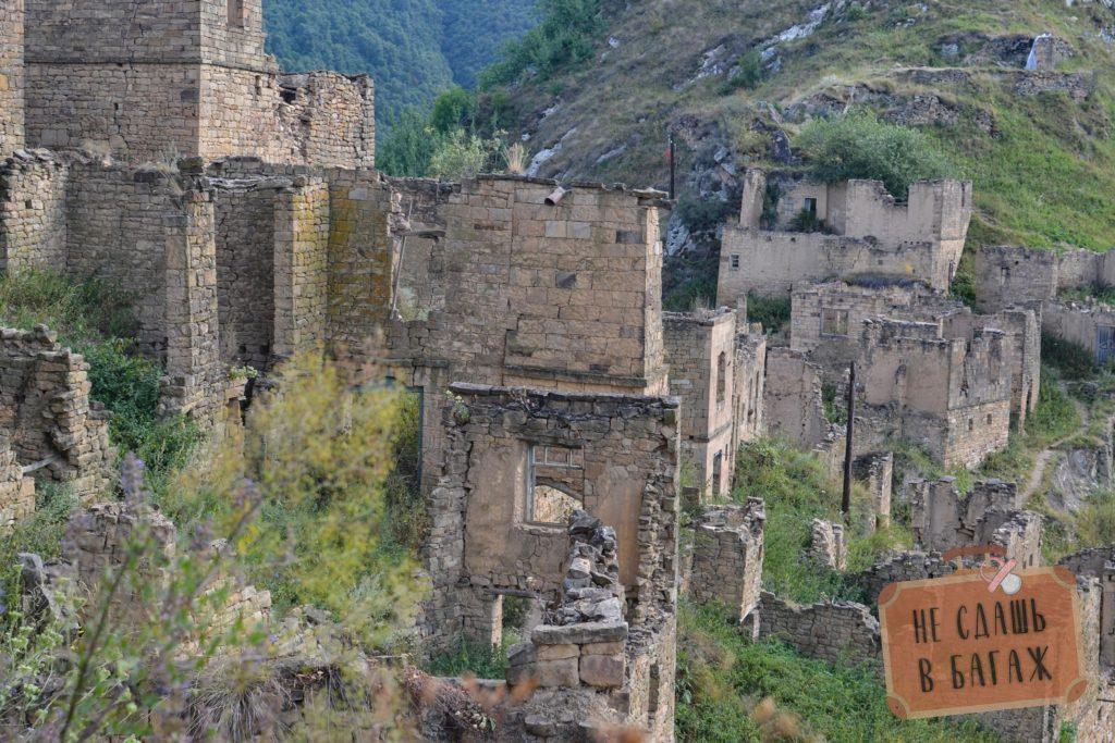 Аул Гамсутль. Крыши всех домов разрушены