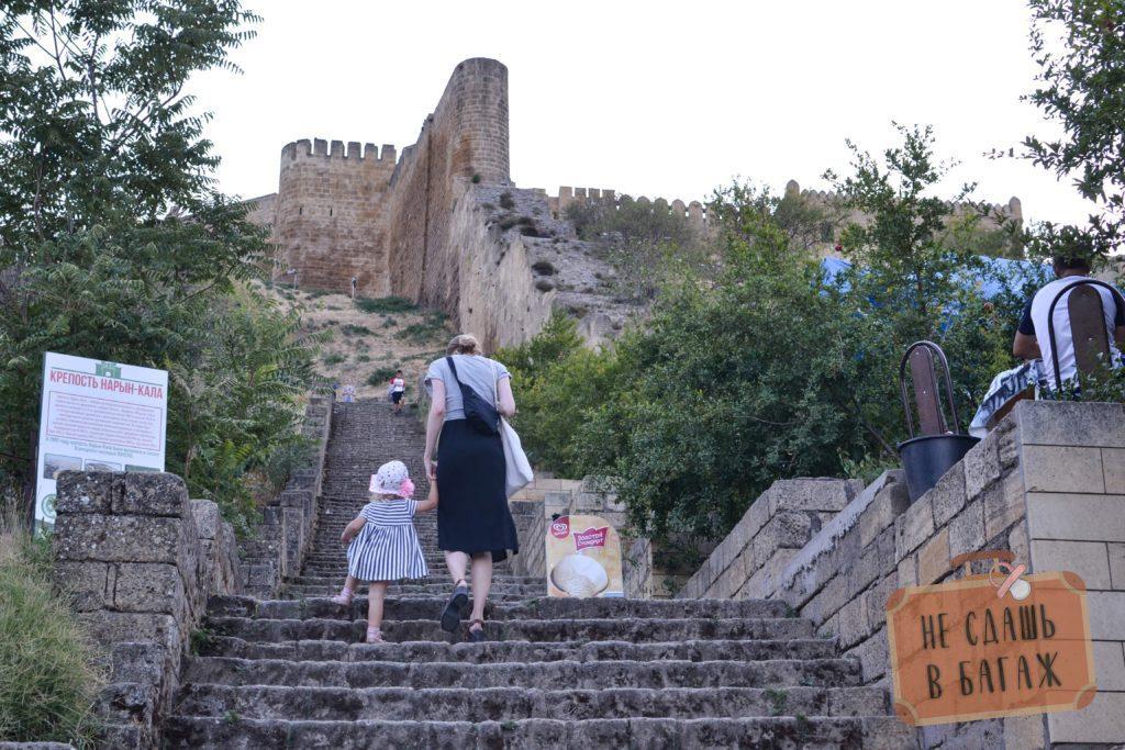 Подъем на крепость Нарын-Кала