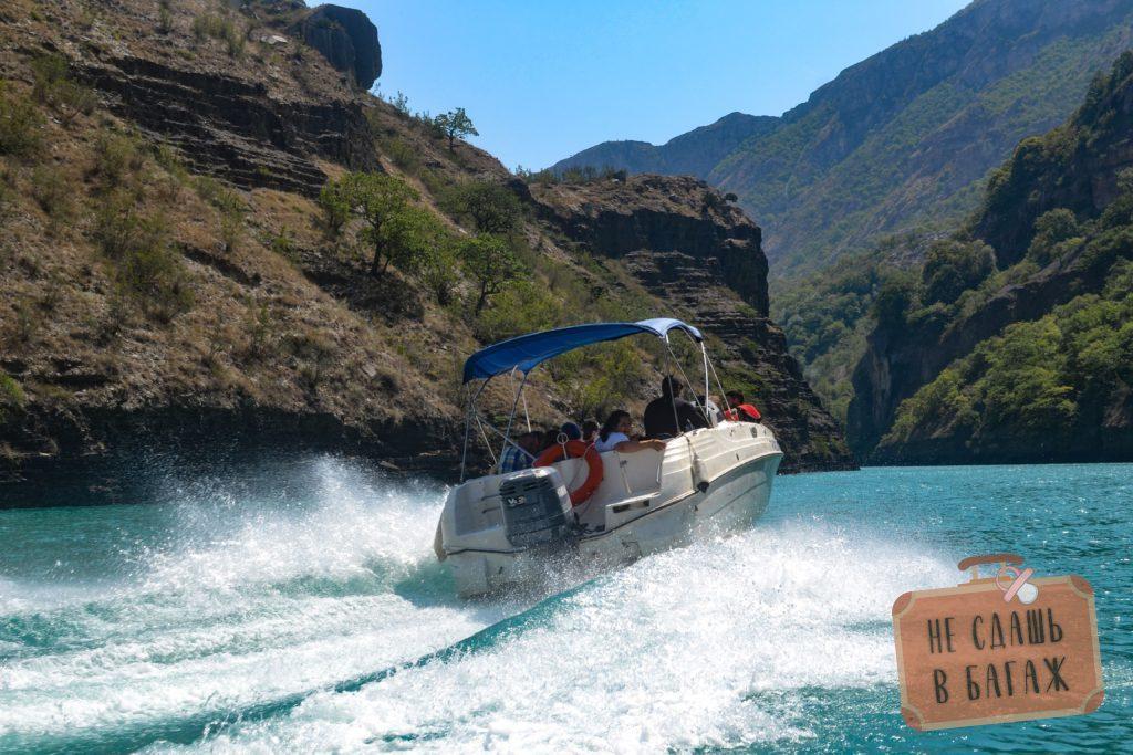 во время катания на катере по каньону водитель по наклоняет катер экстримально влево, то вправо