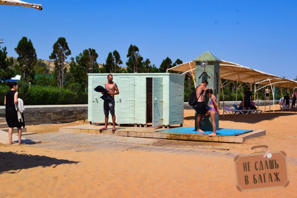 в санатории Каспий пляж оборудован душами и раздевалками