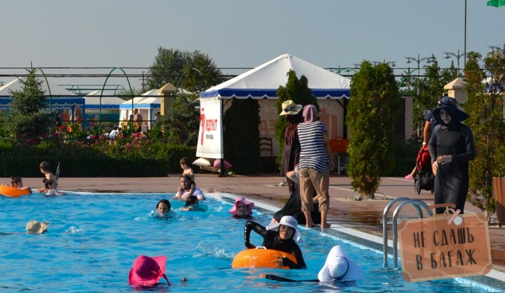 маленький бассейн на территории санатория Каспий для тех, кому нельзя в купальнике