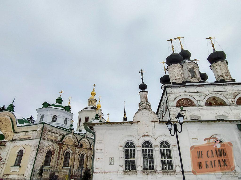 Вид на церкви с набережной