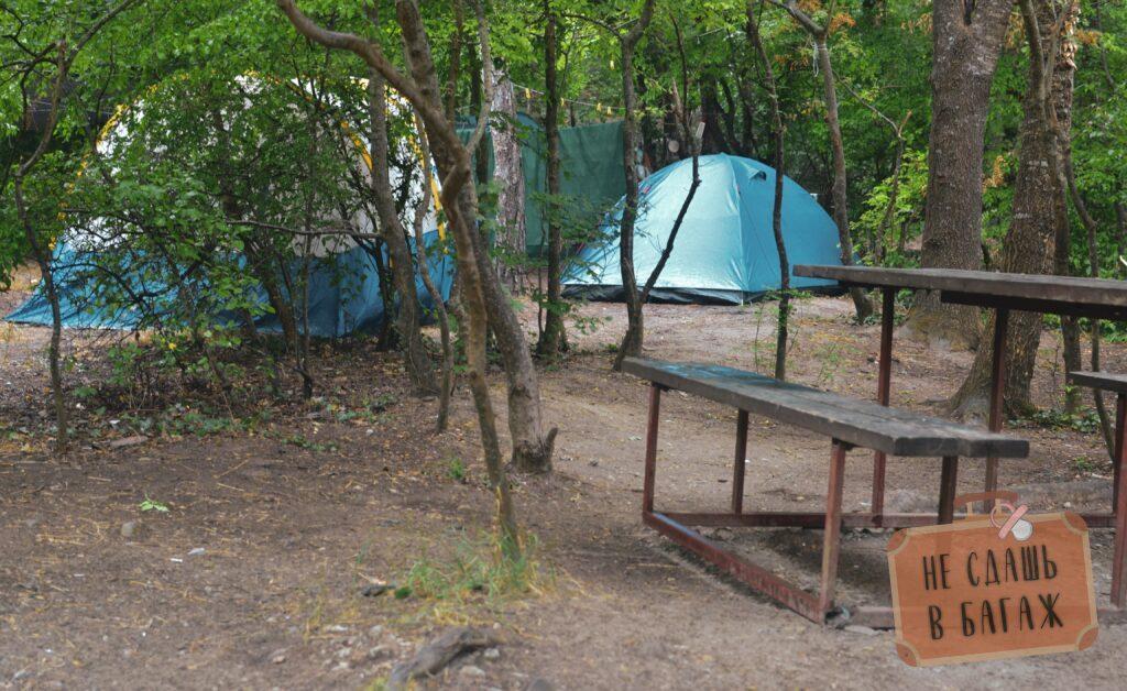 Близкое расположение палаток в кемпинге Абрау