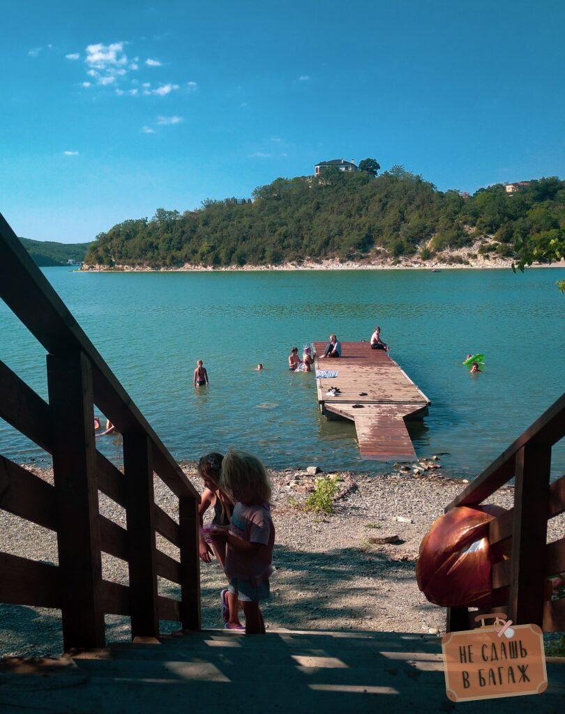 Пирс на озере Абрау-Дюрсо у кемпинга Абрау