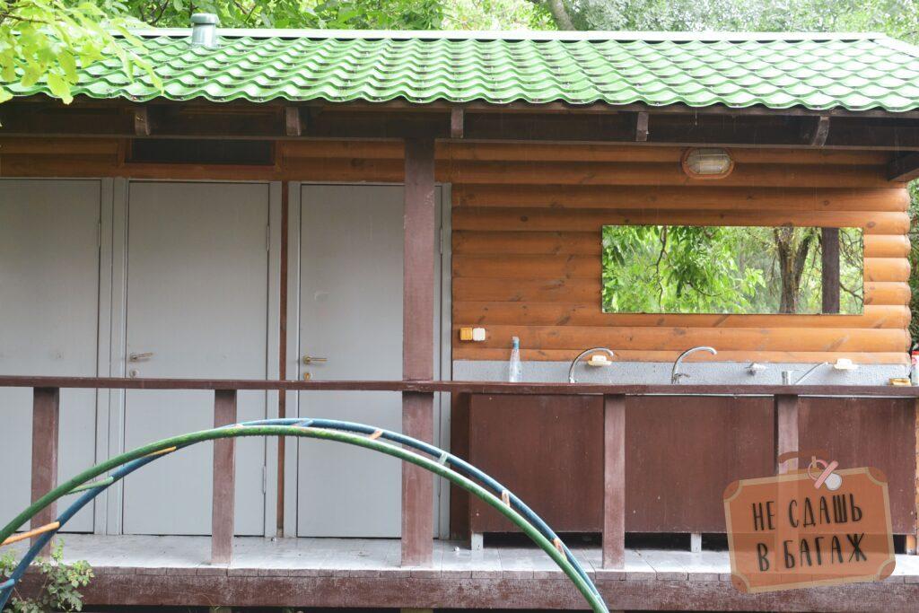 Зона туалетов и раковин в кемпинге Абрау