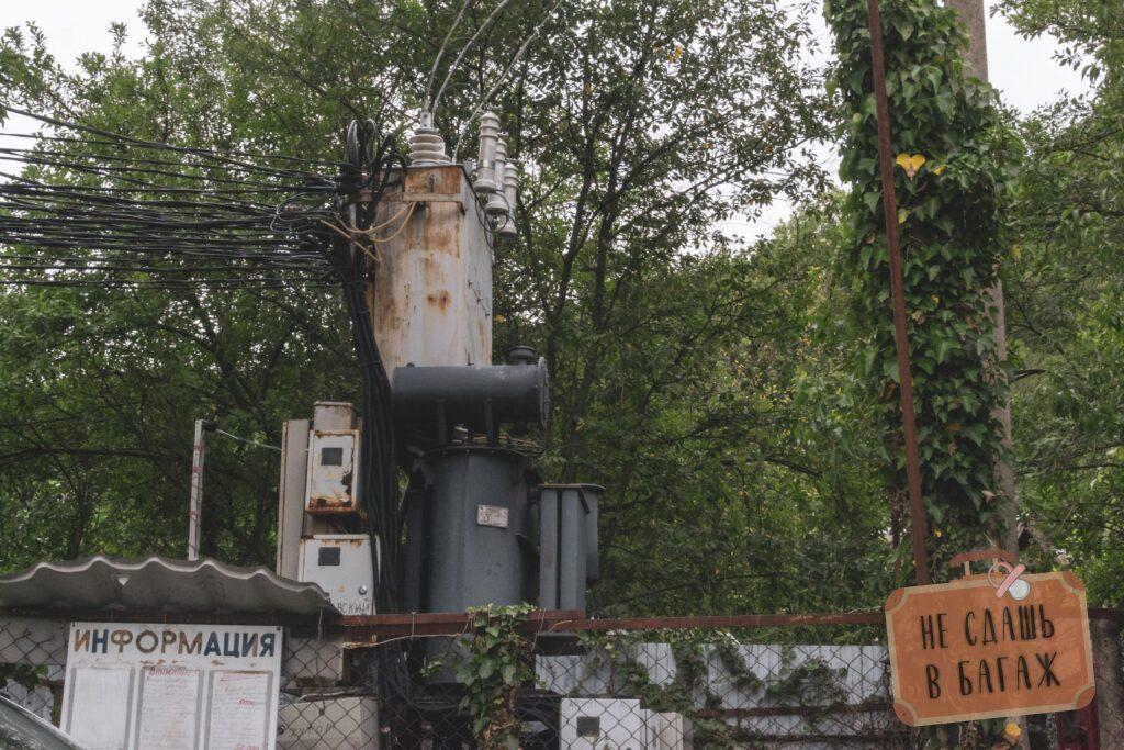 Трансформаторная будка как ориентир для парковки у дома йоги