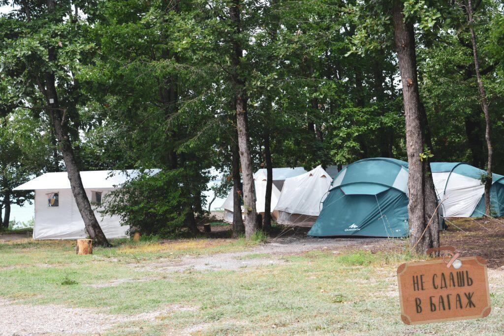 """В кемпинге """"На высоте"""" можно взять в аренду уже собранную палатку"""