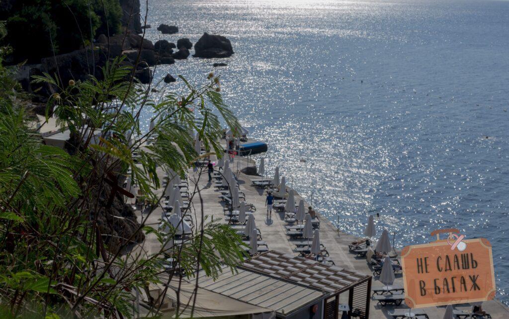 Муниципальный пляж на скалах в Муратпаша